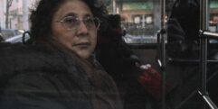 Mulher chinesa em ônibus esperando