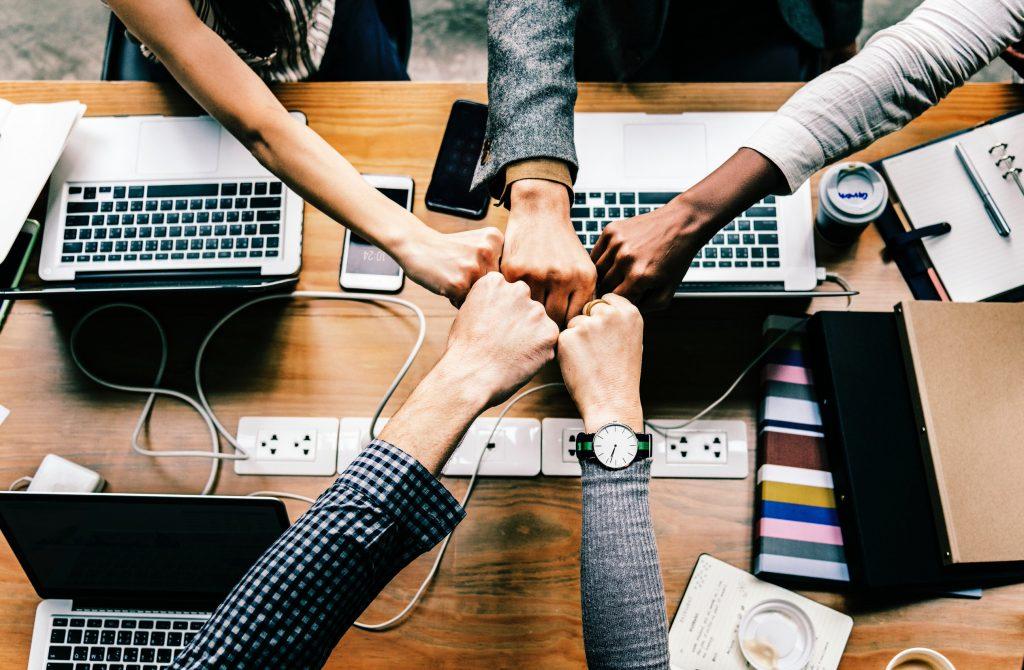 Como importar Material de Escritório da China Pessoas trabalhando juntas em escritório