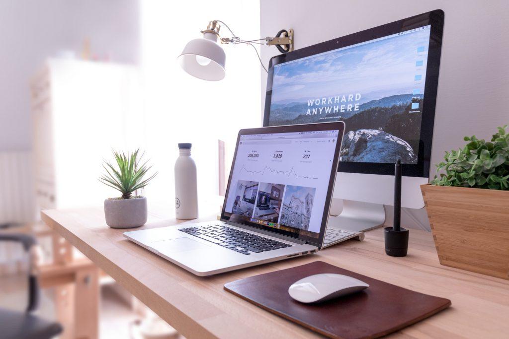 Como importar Material de Escritório da China Espaço de trabalho com macbook e mac em mesa de madeira