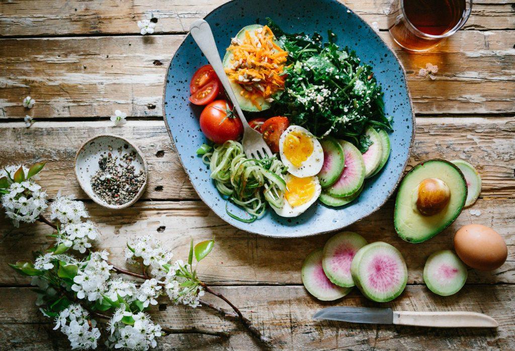 Como importar produtos Alimentícios e Nativos da China Mesa de madeira com prato azul legumes e ovo