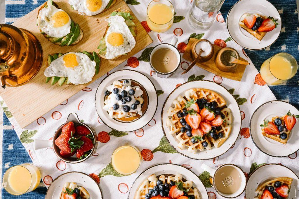 Como importar produtos Alimentícios e Nativos da China Mesa de café da manhã com avocado toast, waffles e morangos