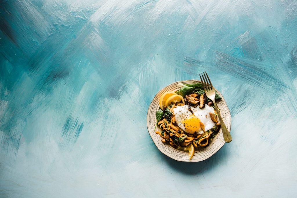 Como importar produtos Alimentícios e Nativos da China Prato com macarrão ovo frito e limão em fundo degradê azul