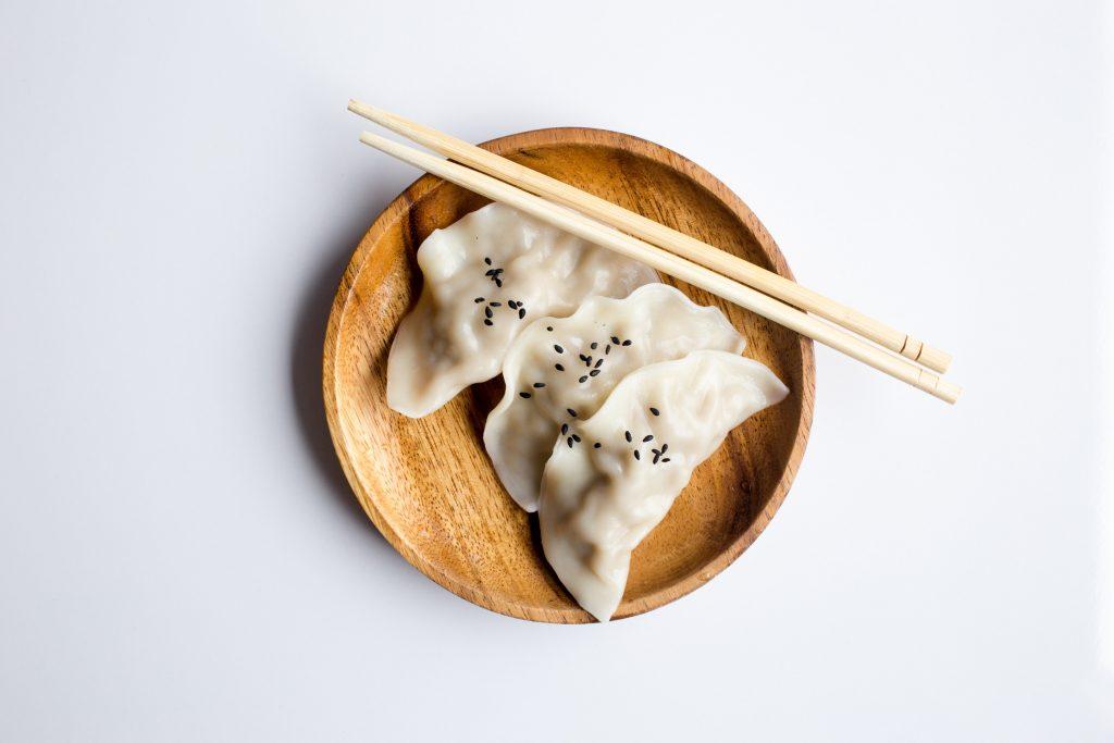 Como importar produtos Alimentícios e Nativos da China Gyoza em prato de madeira com hashi