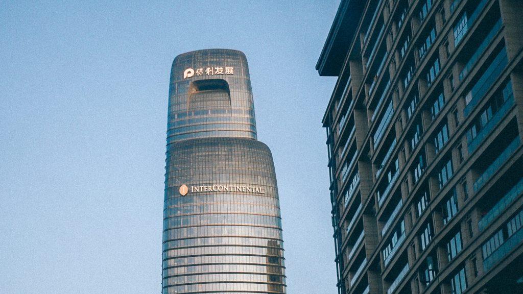 Como se ferrar com importação em 3 passos infalíveis Imagem de grandioso prédio onde acontece feira na China