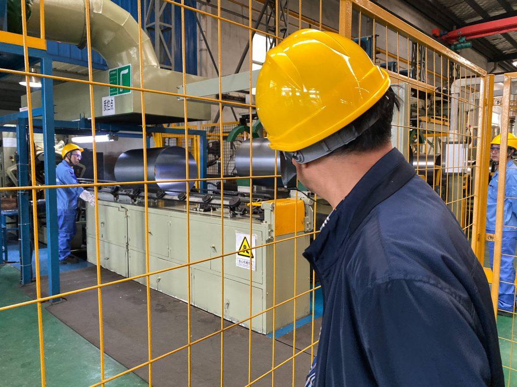Funcionários trabalhando em fábrica na China